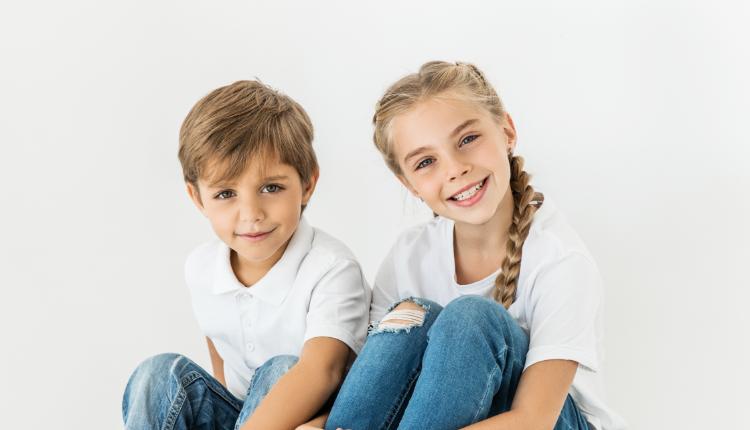 Dos niños sentados sonriendo