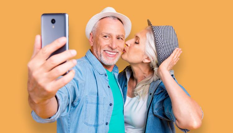 Pareja de personas mayores haciendose una foto
